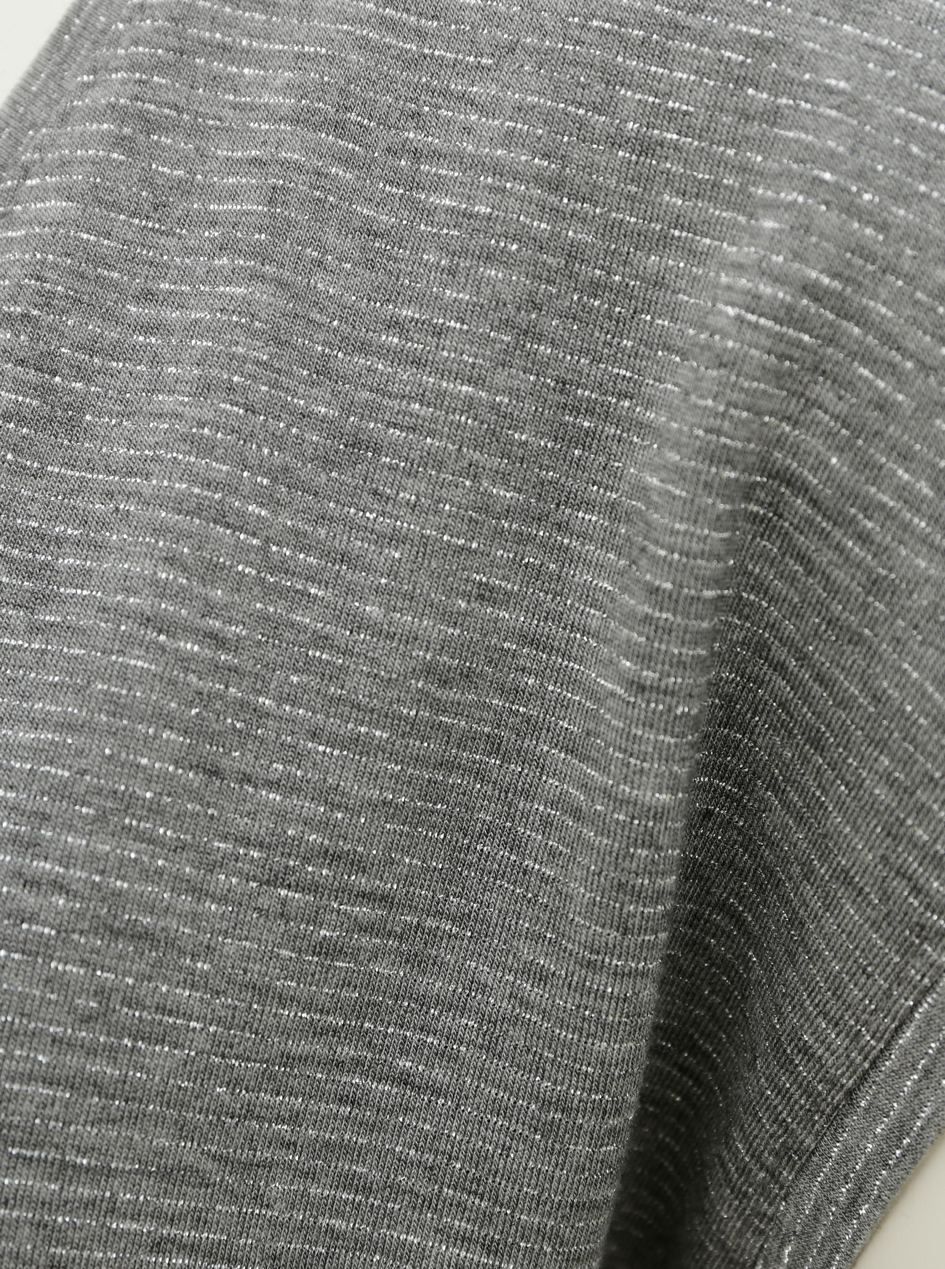 Szürke póló, fémszálakkal